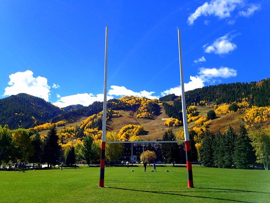 The Limelight Hotel: Rugby field and mountain right in front of our hotel