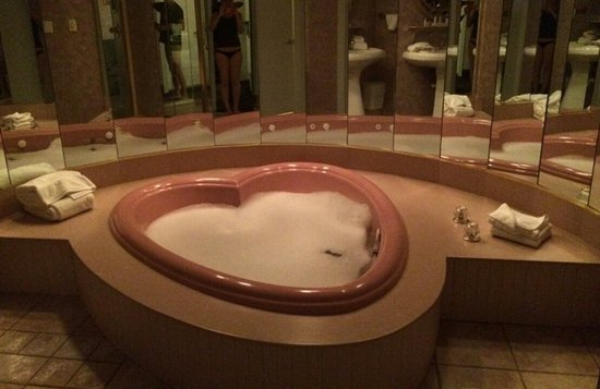 Cove Haven Resort: Love shape Jaczzi in our room
