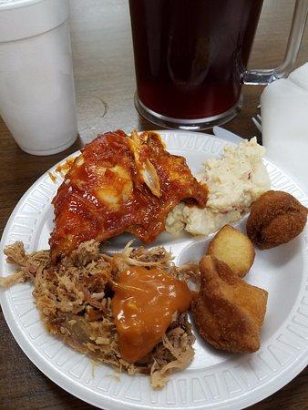 Orangeburg, Carolina del Sur: BBQ-saucy chicken, chopped pork, potato salad, hush puppies