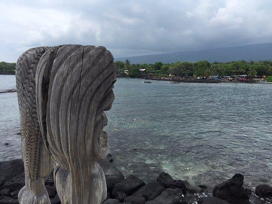 Honaunau, Hawái: wood totem looking towards the bay