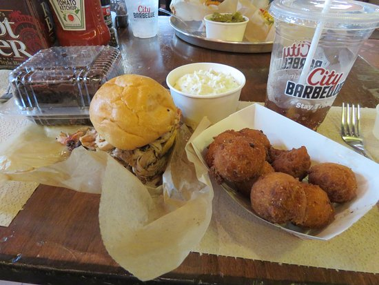Cary, Carolina do Norte: Pulled Pork w/ Hushpuppies and potatoe Salad