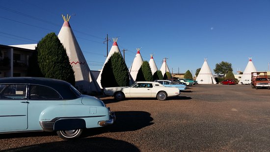 Wigwam Motel: Antiques in front of every wigwam