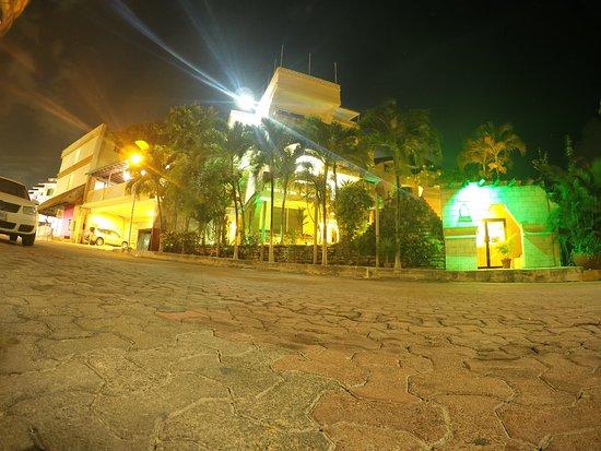 Hotel Labnah: el hotel de noche en una clle ,uy segura , plena av principal y al lado de la playa