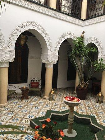 Riad Adriana. Excelente ubicacion, muy seguro, limpio, exquisito desayuno y la atencion maravill