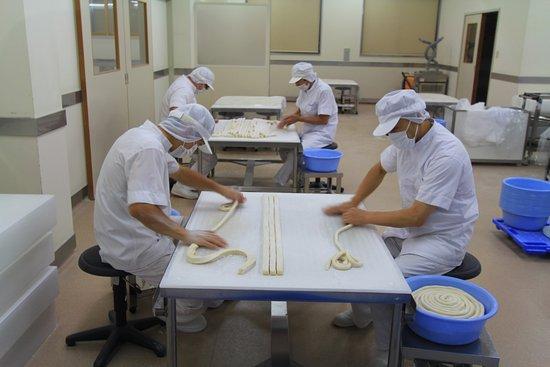 Yuzawa, Japan: ガラス越しの工場見学
