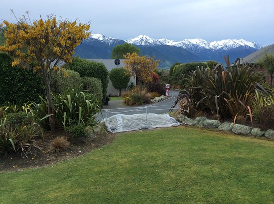 Kaikoura Cottage Motels: Sitting on front verandah view room 2