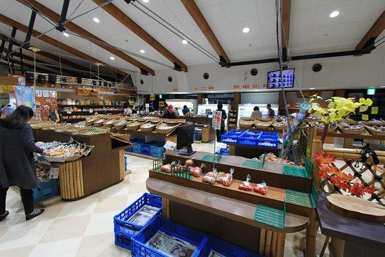 Osaki, Japan: 野菜などの販売コーナー