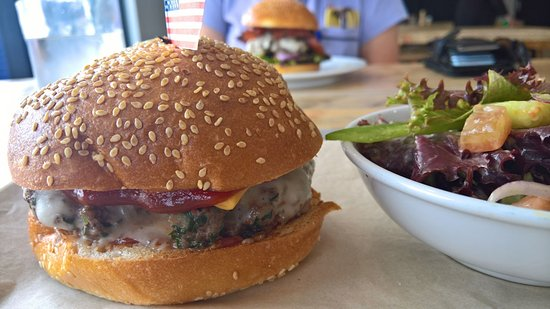 Nowra, ออสเตรเลีย: Triple Cheeseburger with optional side salad