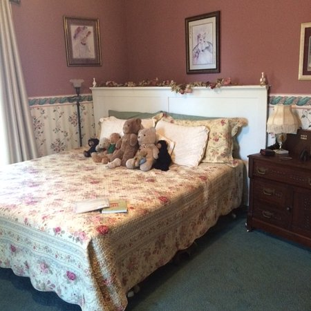 Abilene's Victorian Inn Bed & Breakfast: Da Bears living the good life