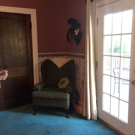 Abilene's Victorian Inn Bed & Breakfast: Comfortable chair by the balcony