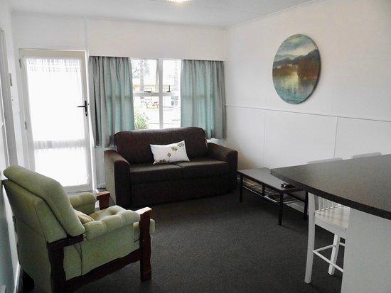 Raglan, นิวซีแลนด์: Unit 5. Longboard Louies - Seating Area