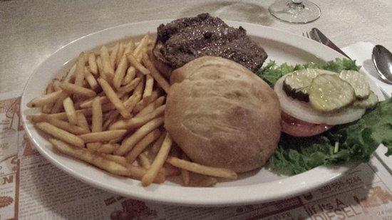 Nevada City, Kalifornia: Yummy Bouillabaisse and a very good Niman Hamburger at the Classic Café.