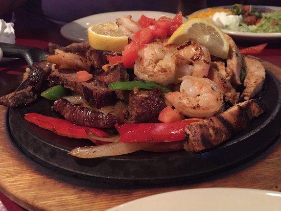 Colorado Grill : Mixed fajitas and Tres Compadres