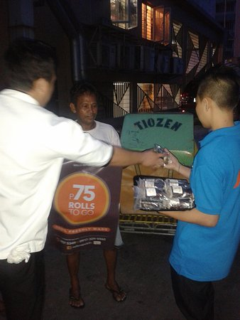 Metro Manila, Filipiny: CSR Corporate Social Resp. of Rolls republic giving out food to the people living off the street