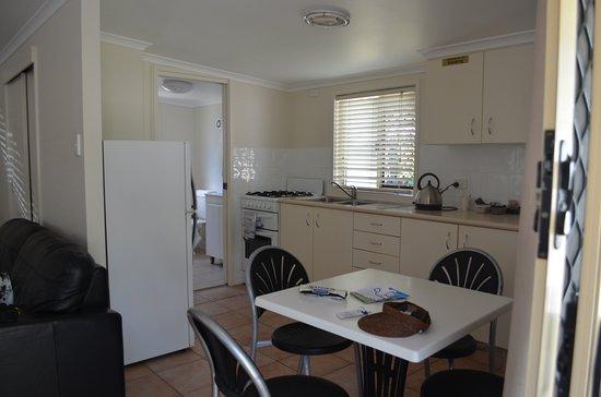 Landsborough, ออสเตรเลีย: Good sized fridge. Everything you need