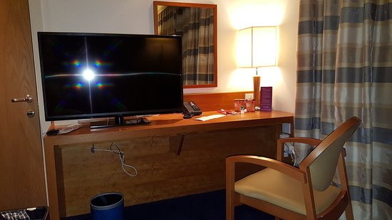 West Drayton, UK: The desk -with loose wires underneath