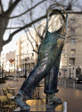 Montrouge, France : sa salopette statue