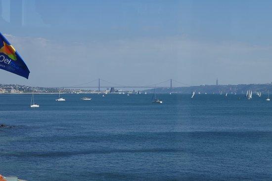 Paco de Arcos, Πορτογαλία: Régates et pont du 25 avril à Lisbonne vus depuis la terrasse