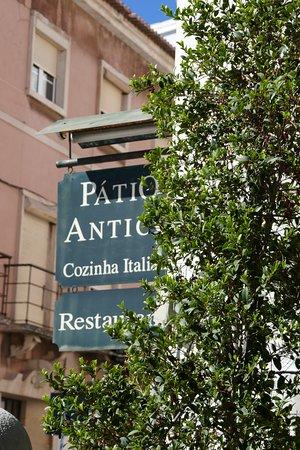 Paco de Arcos, Πορτογαλία: Patio Antico sur une petite place de Paço De Arcos