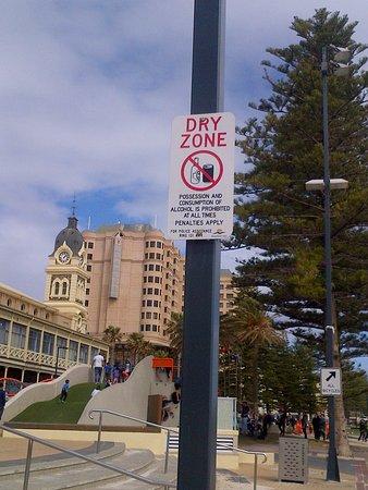 Glenelg, Australia: divieto di bere bevande alcoliche sul lungomare
