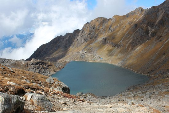 Langtang National Park, Népal : Gosaikunda Lake from Laurina Bina Pass