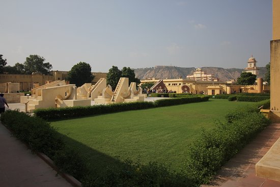 Jantar Mantar - Jaipur: Park view overlooking the fort