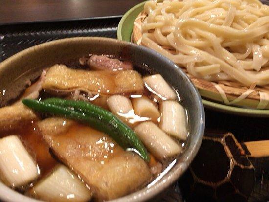 Oyama, Japão: 一番のおすすめだそうです。つけうどん?とでもいうのでしょうか。豚肉とネギと薄揚げです。