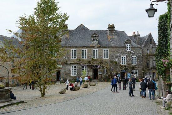 Locronan, Prancis: La place centrale
