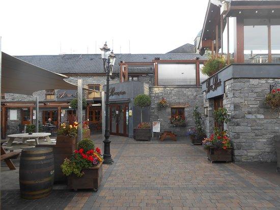 Leixlip, Irlande : Front entrance from car park