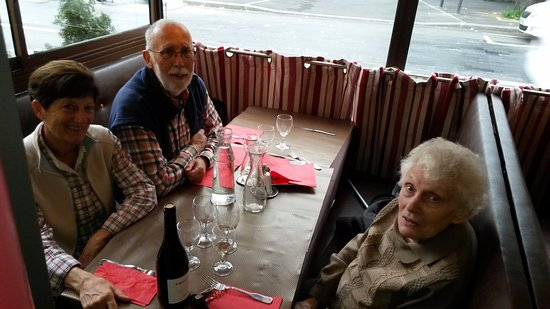 Montreuil, France: Bon anniversaire, 90 ans c'est important.