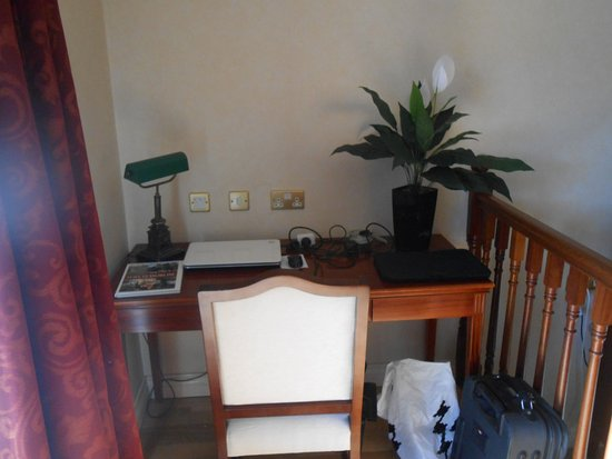 Leixlip, Irland: study area in room next to balcony