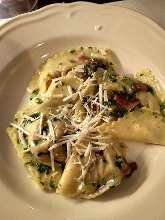 Borghi, Italia: Cappellacci con ripieno di patate viola formaggio di fossa e guanciale