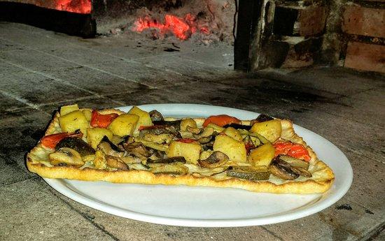 Castelnuovo di Porto, Italia: Pizze con impasto senza glutine ,nella foto l'Ortolana .