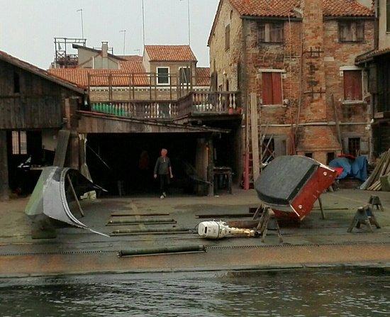 Squero di San Trovaso: Gondel, Arbeiter und Boot