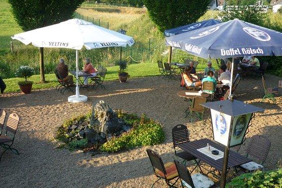 Kurten, Alemania: Mit leckerem Essen in der Sonne sitzen und den Ausblick (Wiesen, Wälder, Pferde u. Ziegen) genie