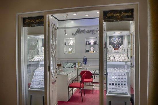 โรงแรม ดีโค ออน โฟร์ตี้โฟร์: The jewellery store
