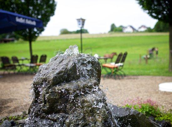 Kurten, Alemania: Die leise plätschernde Quellsteinanlage sorgt zusätzlich für Ruhe und Erholung.
