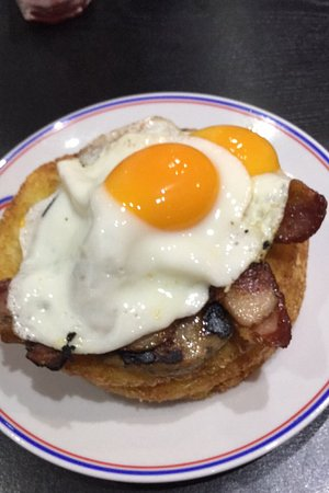 Yeadon, UK: Hash browns, eggs, sauage and bacon