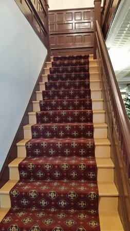St. Charles Hotel: Staircase to 2nd floor