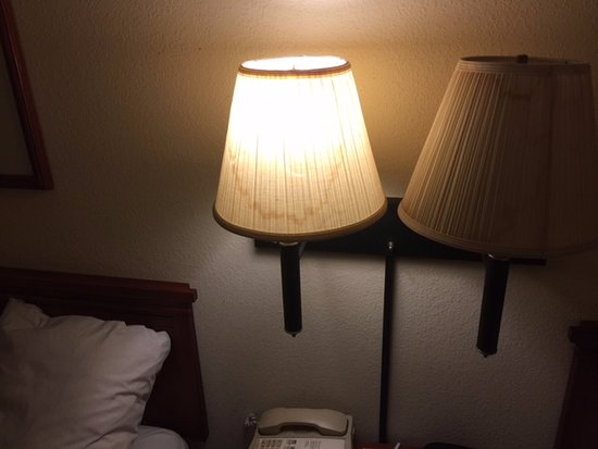 Port Wentworth, GA: Filthy stained lampshades