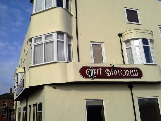 Newbiggin-by-the-Sea, UK: Caffe Bertorelli in the sun on Friday 21/10/2016