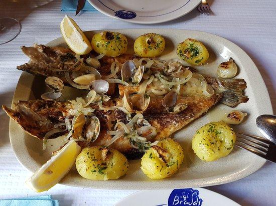 Ourem, Portekiz: O Robalo estava normal ! Muito bom ! As batatas furadas com dente de alho esmagado...hhuuuuummm