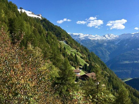 Naturno, Italie : Blicj auf den Dickhof vom Meraner Höhenweg aus