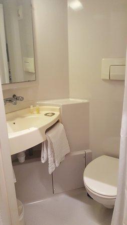 Noyelles-Godault, Frankreich: CABINE salle de bain un peu étroite équipé de champoing, savon, gel douche! tout suffisant !,