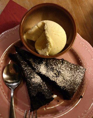 Fuerth, Niemcy: Warmer Schoko-Walnuss-Kuchen mit Vanilleeis. Köstlich!