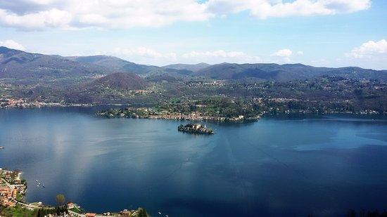 Gozzano, Italia: L'INCANTEVOLE ISOLA S. GIULIO A  2 KM. DALL'HOTEL
