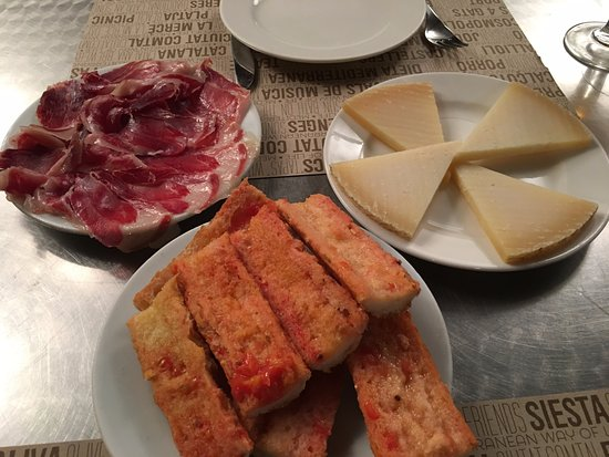 Ciudad Condal: Tomatoe bread and jamon iberico