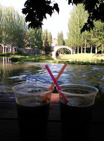 Trillo, Espanha: Mesa encantadora a orillas del río.