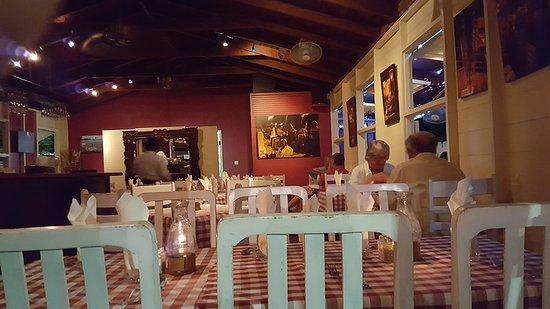 Holetown, Barbados: Столики внутри ресторана