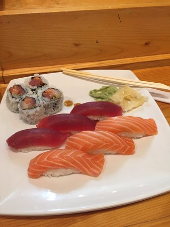 Troy, MI: Sashimi + rolls...very good!